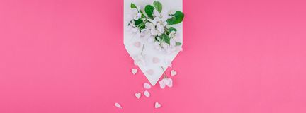 Концепция любовного письма с конвертом и цветками Стоковые Фото