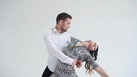 Концепция любов, отношений и социальных танцев Социальный танец, сальса, zouk, танго, концепция kizomba - красивая пара сток-видео