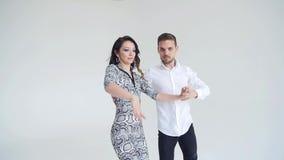 Концепция любов, отношений и социальных танцев Социальный танец, сальса, zouk, танго, концепция kizomba - красивая пара акции видеоматериалы
