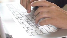 Концепция людей, дела, технологии и конторской работы - близкая вверх бизнесмена вручает печатать на клавиатуре компьютера акции видеоматериалы
