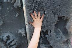 концепция людей, детства, жеста и частей тела - близкая вверх руки маленького ребенка поднятой вверх и играющ с современной игруш Стоковая Фотография RF
