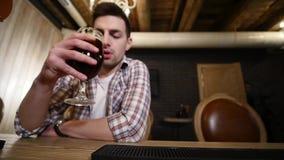 Концепция людей, здравицы, отдыха, приятельства и торжества - счастливые мужские друзья выпивая пиво и clinking стекла на видеоматериал