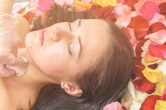 Концепция людей, красоты, курорта, косметологии и skincare стоковое изображение rf