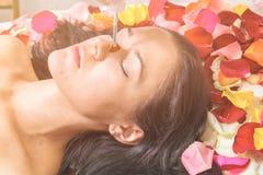 Концепция людей, красоты, курорта, косметологии и skincare стоковое изображение