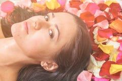Концепция людей, красоты, курорта, косметологии и skincare стоковые изображения rf