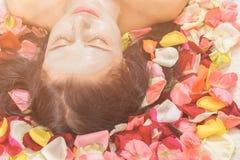 Концепция людей, красоты, курорта, косметологии и skincare стоковые изображения