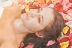 Концепция людей, красоты, курорта, косметологии и skincare стоковое фото