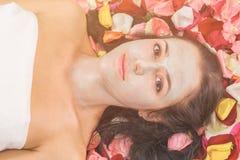 Концепция людей, красоты, курорта, косметологии и skincare стоковые фотографии rf