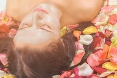 Концепция людей, красоты, курорта, косметологии и skincare стоковая фотография