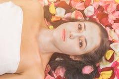 Концепция людей, красоты, курорта, косметологии и skincare стоковое фото rf