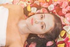 Концепция людей, красоты, курорта, косметологии и skincare стоковая фотография rf
