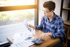 Концепция людей, сбережений, финансов и экономики учета коммерческих операций Стоковое фото RF