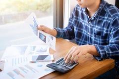 Концепция людей, сбережений, финансов и экономики учета коммерческих операций Стоковое Изображение RF