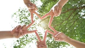 Концепция людей соединения 5 людей поднимают 2 пальца совместно как звезда для того чтобы транспортировать сотрудничество в работ акции видеоматериалы
