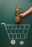 Концепция магазинной тележкаи посещения магазина бакалеи Стоковая Фотография RF