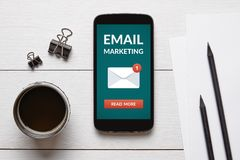 Концепция маркетинга электронной почты на умном экране телефона с объектом офиса стоковое фото rf