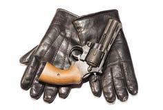 Концепция мафии Черное оружие на кожаных изолированных перчатках стоковое изображение