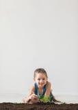 Концепция, маленькая девочка и избежание дня земли стоковые изображения