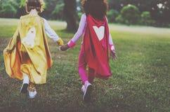 Концепция маленьких девочек супергероя Bestfriends идя Стоковое Фото
