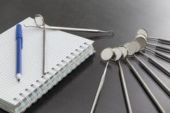 Концепция медицинского обслуживания Комплект инструментов медицинского оборудования металла для заботы зубов зубоврачебной стоковые изображения