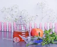 Концепция, мед и яблоко Нового Года Rosh Hashanah еврейская Стоковые Изображения RF