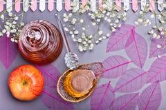Концепция, мед и яблоко Нового Года Rosh Hashanah еврейская Стоковая Фотография RF