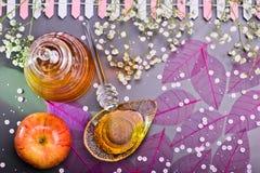 Концепция, мед и яблоко Нового Года Rosh Hashanah еврейская Стоковые Фото
