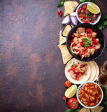 Концепция мексиканской еды Сальса, tortilla, фасоли, fajitas и te стоковая фотография rf