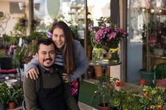 концепция мелкого бизнеса Пары флориста в цветочном магазине Стоковые Фотографии RF