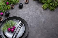Концепция меню рождества Квартира кладет с украшениями Xmas, темным набором плит, вилки и ножа с салфеткой стоковое фото