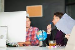 Концепция метода мозгового штурма сыгранности дела, группа в составе коллеги в офисе Стоковая Фотография RF
