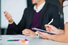 Концепция метода мозгового штурма сыгранности дела, группа в составе коллеги в офисе Стоковое Изображение