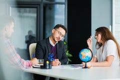 Концепция метода мозгового штурма сыгранности дела, группа в составе коллеги в офисе Стоковое Изображение RF