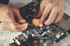 Концепция минирования Bitcoin руки человека стоковое изображение rf