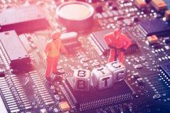 Концепция минирования Bitcoin BTC Cryptocurrency Миниатюрная виртуальная минута стоковое изображение rf