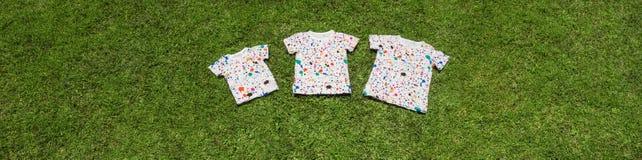 Концепция многодетной семьи Братья схематические Одежда для детей Включающий язык подтверждает разнообразие Команда стоковые фото