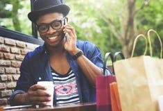 Концепция мобильного телефона человека ходя по магазинам внешняя говоря стоковые фотографии rf