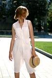Концепция моды и образа жизни - красивая женщина в шляпе наслаждаясь летом outdoors стоковая фотография rf