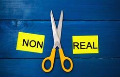 Концепция мотивировки ` и ножницы ` надписи не реальные между ими достижение цели, потенциальный преодолевать стоковая фотография rf