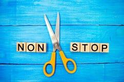 Концепция мотивировки надписи ` ` и ножницы стопа не между ими достижение цели, потенциальный преодолевать стоковая фотография rf