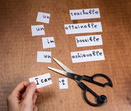 Концепция мотивировки собственной личности Отрицательные слова отрезанные с ножницами Стоковое Фото