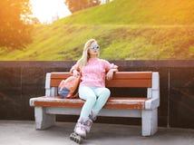 Концепция моды, крайности, молодости и людей - довольно стильная девушка Стоковое Изображение RF