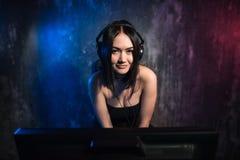 Концепция музыки и развлечений - счастливая усмехаясь девушка с наушниками стоковая фотография rf