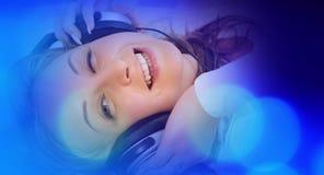 Концепция музыки, милая женщина в больших наушниках слушая к музыке Стоковая Фотография RF