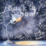 Концепция назад к карандашу Яблоку мела часов школы стоковое фото