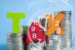 Концепция налога Сформулируйте алфавит НАЛОГА сделанный от древесины с стогом монетки Стоковые Фото