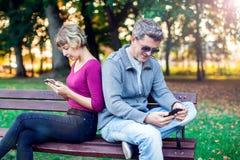 Концепция наркомании мобильного телефона - соедините смотреть их чернь стоковое изображение rf