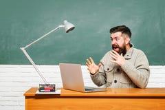 Концепция науки и образования Студенты подготавливая для экзаменов университета E E Учитель учит a стоковое фото rf