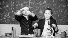 Концепция науки Студенты спортзала с глубоким исследованием естественных наук Частная школа Проект школы стоковые фотографии rf