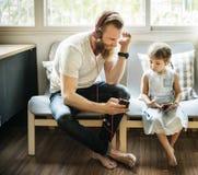 Концепция наушника семьи развлечений дочери отца Стоковые Изображения